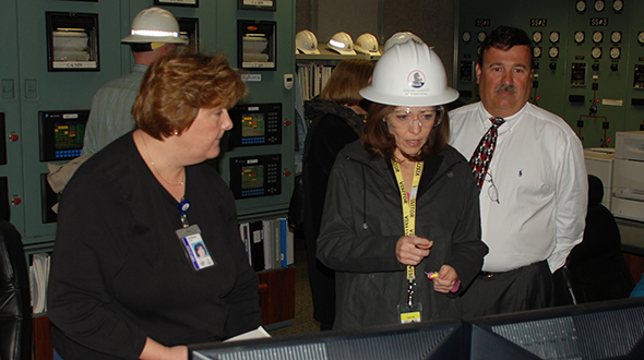 Image of : Pat Duffy explaining control room technology to U.S. Sen. Maria Cantwell (D-WA) at Rocky Reach Dam in 2007.